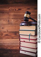 stapel, van, wet boeekt, met, de gavel van rechter, op bovenkant