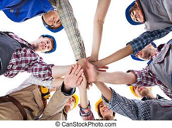 stapelen, de arbeider van de bouw, handen