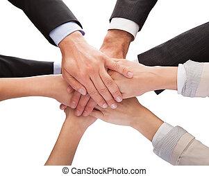 stapelen, hun, businesspeople, samen, handen