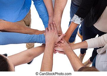 stapelende handen, groepering aaneen, mensen