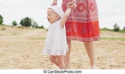 stappen, moeder, baby, vervaardiging, eerst, strand, zanderig, vrolijke
