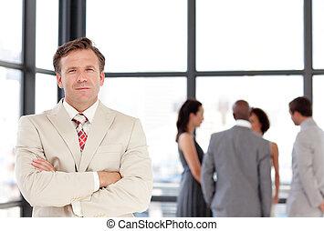 starší, businessman zastaven, před, business četa