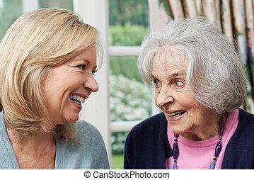 starší, matka, a, dospělý, dcera, mluvící, dohromady
