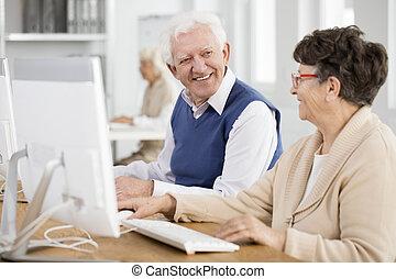 starší, mluvící, a, usmívaní