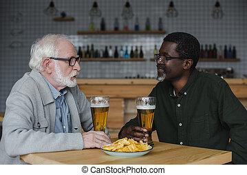 starší, průvodce, mluvící, a, pití, pivo