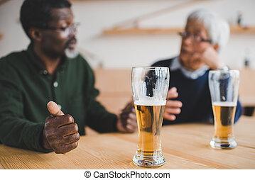 starší, průvodce, mluvící, v, bar