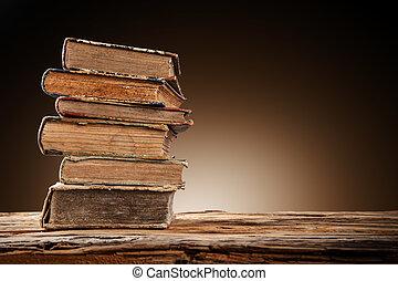 stare książki, na, drewniany stół