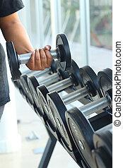 stark, kvinnor, hand, tar, a, tung, hantel, in, gymnastiksal