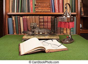 starożytny, skóra, książki, lampa, i, czytanie okulary, na, zielony, blotter.