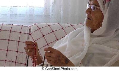 starowina, modli się, z, różaniec