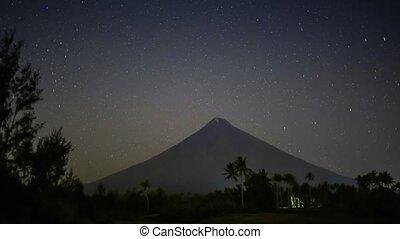 Stars leave tracks. Volkano Mayon. Philippines - Stars leave...