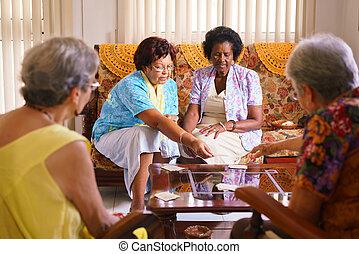 starsi kobiety, grając kartę, gra, w, schronisko