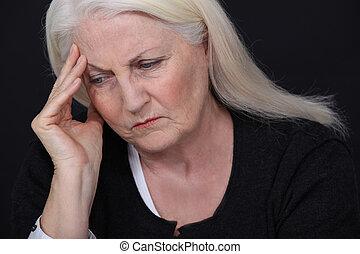 starsza kobieta, ból głowy