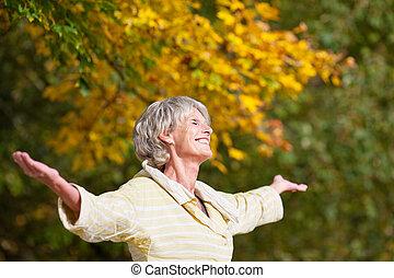 starsza kobieta, cieszący się, natura, w parku