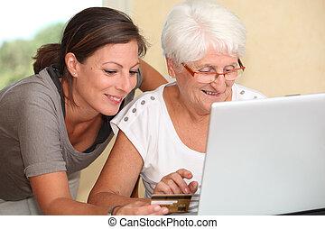 starsza kobieta, i, młoda kobieta, zakupy, na, internet