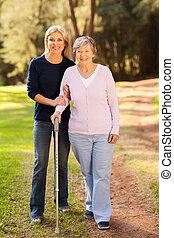 starsza kobieta, i, troszcząc, córka, pieszy, w, las