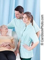 starsza kobieta, leżący, w, szpital