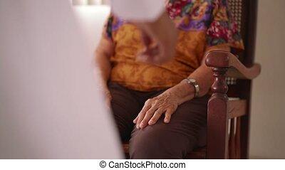 starsza kobieta, mówiąc, z, czarnoskóry, doktor, w, schronisko