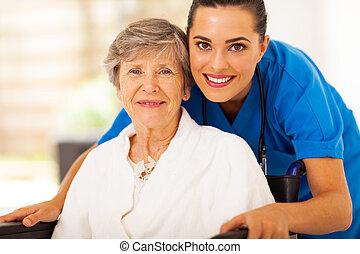 starsza kobieta, na, wheelchair, z, caregiver