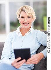 starsza kobieta, nowoczesny, tabliczka, komputer