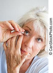 starsza kobieta, oko krople