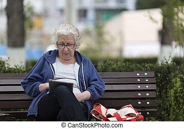 starsza kobieta, pc., tabliczka