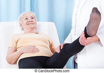starsza kobieta, podczas, noga, rehabilitacja