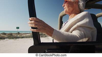 starsza kobieta, wóz, plaża