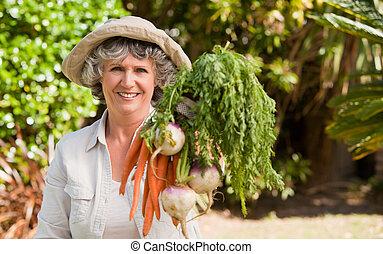 starsza kobieta, warzywa