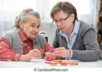 starsza kobieta, z, jej, starszy, troska, pielęgnować