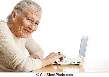 starsza kobieta, z, laptop komputer