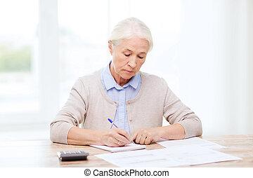 starsza kobieta, z, papiery, i, kalkulator, w kraju