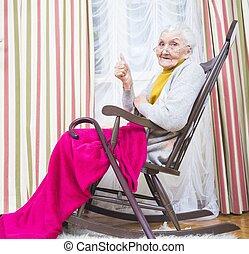 starsza pani, kciuki do góry