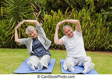 starsza para, czyn, ich, streches, w ogrodzie