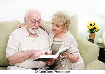 starsza para, dorosły, umiejętność czytania i pisania