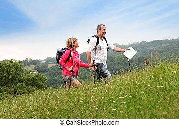 starsza para, hiking, w, kasownik, krajobraz