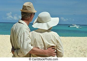 starsza para, na, plaża, razem., nazad prospekt