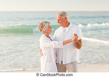 starsza para, taniec, na plaży