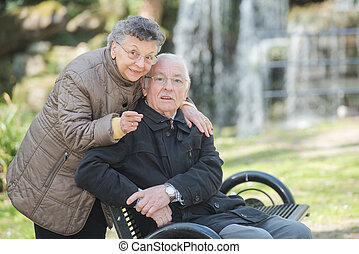 starsza para, w parku
