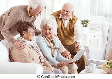 starsze ludzie, cieszący się, nowoczesna technologia