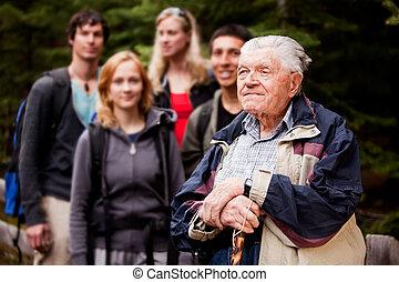 starszy człowiek, objeżdżać przewodnika