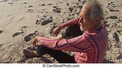 starszy człowiek, posiedzenie, plaża