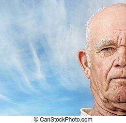 starszy, człowiek, twarz, na, błękitne niebo