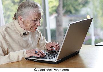 starszy, dama, pisząc na maszynie, na, laptop., płytki, dof.