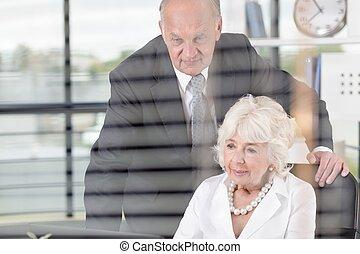 starszy, handlowy zaludniają