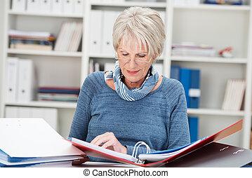 starszy, kobieta interesu, trudno na pracy, w biurze