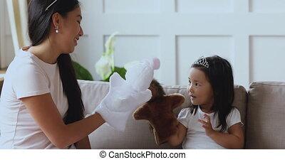 starszy, ręka, siostra, asian, zabawki, girl., interpretacja...