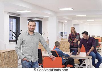 startup, handlowy, biznesmen, portret, na, nowoczesny, biuro, drużyna, brainstorming, w, tło