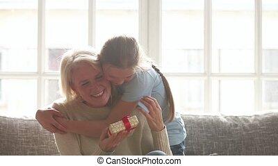stary, dar, wnuczka, tulenie, babcia, urodziny, przedstawiając, zrobienie, niespodzianka, szczęśliwy