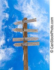stary, drewniany, strzała, drogowskaz, przeciw, błękitny, pochmurne niebo